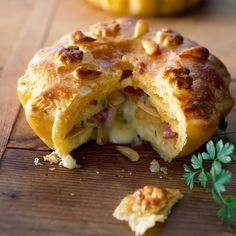 Discover the recipe Tartiflette pie on cuisineactuelle. Savory Pastry, Puff Pastry Recipes, Savory Tart, Pie Recipes, Cooking Recipes, Savoury Pies, Quiches, Food In French, Pie Co