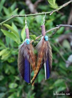 If ever i got something like this, i'd most likely trim the brown feather to be even with the straight edge of the blue. I dig the juxtoposition of soft feather with hard line! Feather Jewelry, Feather Earrings, Diy Earrings, Diy Jewelry, Jewelery, Feather Crafts, Jewel Colors, Earring Tutorial, Satin Flowers