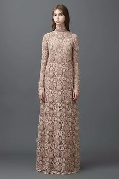Discover the latest in designer apparel and accessories by legendary Italian fashion designer Valentino Garavani. Shop now at the official Valentino Online Boutique. Valentino 2017, Valentino Resort, Valentino Women, Fashion Week, Fashion 2017, Runway Fashion, High Fashion, Style Couture, Couture Mode