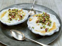 Joghurtdessert mit Honig und Pistazien | Kalorien: 237 Kcal - Zeit: 5 Min. | http://eatsmarter.de/rezepte/joghurtdessert-mit-honig-und-pistazien