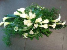 Discover thousands of images about Linguagem das flores … Jarro – Arum -> Escuta a minha alma Casket Flowers, Grave Flowers, Cemetery Flowers, Church Flowers, Funeral Flowers, Wedding Flowers, Ikebana Arrangements, Funeral Flower Arrangements, Funeral Sprays