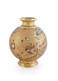 Bu koleksiyon, Türk-Osmanlı denizcisi ve kartograf Piri Reis tarafından 1513 yılında çizilen ilk dünya haritasından esinlenerek oluşturulmuştur. Çizilişinin 500. Yılına özel olarak hazırlanan bu koleksiyonun en önemli parçalarından biri olan, cam üzeri kumlama ve el boyaması ile yapılmış, 22 ayar altınla süslenmiş Dönen Vazo sizleri Avrupa, Afrika ve Güney Amerika kıyılarında tarihi bir yolculuğa çıkartacak. 3.000 TL