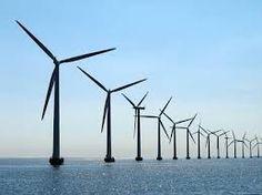 in deze foto krijg je veel diepte omdat de windmolens van groot naar klein lopen