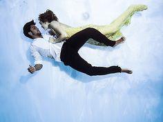 Em um balé subaquático, Juliana Paiva e Rodrigo Simas têm momento olho no olho (Foto: Neto Fernandez / Divulgação)