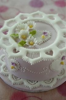 A Kindred Spirit — icing detail so delicate Pretty Cakes, Beautiful Cakes, Amazing Cakes, Royal Icing Cakes, Cake Icing, Frosting, Fancy Cakes, Mini Cakes, Cupcakes