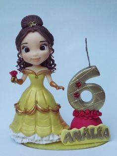 Lindo topo da Princesa Bela que pode ser personalizado especialmente para você! Esse topo é composto pela base decorada 14cm , vela 10cm , personagem15 cm e nome da criança. ** POR FAVOR ANTES DE EFETUAR O PAGAMENTO CONSULTE A DATA DISPONÍVEL PARA ENVIO. - A5616D Beauty And Beast Cake, Beauty And Beast Birthday, Fondant Cake Toppers, Fondant Figures, Cake Decorating Designs, Clay Design, Pasta Flexible, Cold Porcelain, Cute Cakes