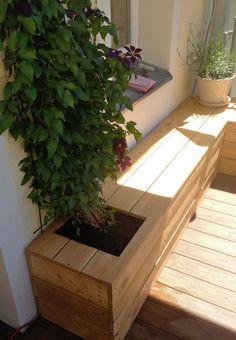 Sitzbank mit Pflanzgefäßen von NELKA auf Balkon