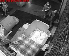 Immagini tanto nitide quanto agghiaccianti. Sono quelle estratte dai video delle telecamere di sorveglianza di un negozio di Piccapietra che la notte del 25 gennaio hanno immortalato la terribile aggressione a quattro clochard che dormivano lungo una strada del centro di Genova  (immagini tratte dal