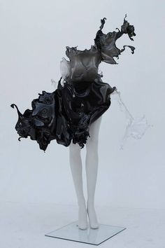 'Crystallization'' one of a kind dress by Iris Van Herpen. Iris Van Herpen's collaboration with Nick Knight and Daphne Guinness. Iris Van Herpen, 3d Fashion, Couture Fashion, Fashion Design, Origami Fashion, Fashion Details, Daphne Guinness, 3d Prints, Sculptural Fashion