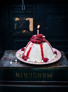 Ice cream cake with raspberries - gorgeous!