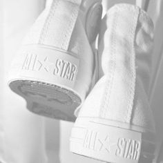 All White Converse All Star Chuck Taylor Aesthetic Colors, White Aesthetic, Aesthetic Gif, Aesthetic Grunge, Aesthetic Vintage, All Stars Branco, Trenchcoat Style, Pure White, Black And White