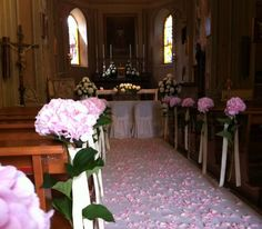 Allestimento chiesa per matrimonio con ortensie e petali di rosa