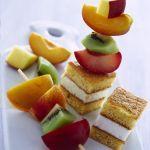 spiedini di frutta con cubetti di pan di Spagna