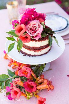 famoso red velvet ou veludo vermelho é o bolo da moda. Se você ainda não comeu este tipo de bolo por aí, aposto que deve ter tentado fazer em casa e não deu certo (tipo eu)! Por isso, nem arrisco passar a receita; já tentei duas vezes e não funcionou. O bolo veludo vermelho surgiu durante a …