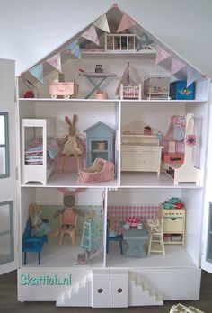 🌟Tante S!fr@ loves this📌🌟Maileg poppenhuis! Doll Furniture, Dollhouse Furniture, Dollhouse Interiors, Miniature Houses, Miniature Dolls, Diy Dollhouse, Dollhouse Miniatures, Deco Kids, Toy House