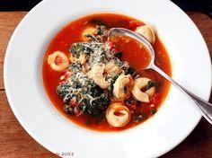 Tomatige Suppe mit Spinat und Tortellini