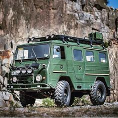 What do you think about this custom rack set up on a 1969 Volvo L3314?  _____________________________ #frontrunner #frontrunneroutfitters #slimline2 #roofrack #volvo #militarytruck #offroad #l3314 #oldschool  ____________________________ Photo Credit: @madmooserc