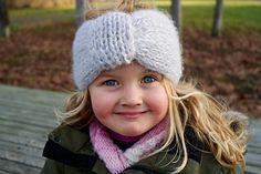 Ravelry: Missy Headband / Frøkenpannebånd pattern by Strikkelisa Cute Headbands, Ravelry, Knitted Hats, Knit Crochet, Winter Hats, Knitting, Pattern, Image, Fashion