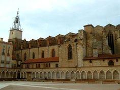 Au départ la cathédrale de Perpignan est une collégiale. Elle est édifiée entre 1324 et 1509 dans le style gothique méridional. Le Roussillon était alors une dépendance du royaume d'Aragon. En 1602 elle remplace Elne comme siège du diocèse. L'extérieur est sans fioriture tandis que l'intérieur se pare de nombreux décors dont certains rappellent l'Espagne. Au S de la cathedrale se developpe une vaste esplanade qui abritait le cloître dont il subsiste les arcades du mur extérieur.