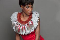 Michèle Forest - parure à plumes, textile, fils de métal