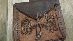 Bolsa para cinto com uma alça para cinto, feita e costurada com couro natural, pirografada com knotworks exclusivos e com adição de botão em carvalho.