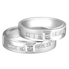 Cincin Kawin Mahasin terbuat dari bahanperak 925khasKotagedeyang dibuat olehPengrajin perak profesional kotagededenganbahan pilihan yang bermutu dan berkualitas.Memiliki desain cincin yang anggun nan elegan dengan oramamen kotak ditengah cincin yang dipasang 9 buah batu zircone putih berukuran 1-2 mm. Untuk finishing permukaan cincin ini sendiri digunakan finsihing kilap dan doff halus yang menambah daya tarik...