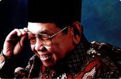 """Kita ini sebetulnya orang Islam yang (kebetulan) hidup di Indonesia ataukah orang Indonesia yang (kebetulan) beragama Islam?"""