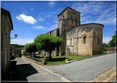 Saint Sauvant - Charente Maritime - L'élégance de l'art roman et la force de plusieurs systèmes défensifs s'expriment dans cette église.