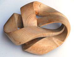 Driemaal rond, opengewerkt en toch een geheel. Uit monkey puzzle hout (slangen den, araucaria araucana)