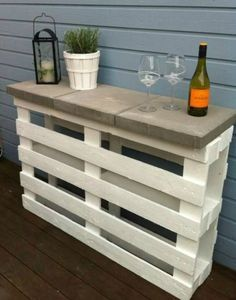højt smalt bord eller barbord lavet af to engangspaller og tre havefliser