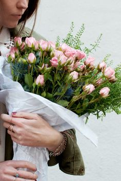 tip + tricks | are you diy-ing your wedding flowers? check out these tips on buying market flowers | via: a pair & a spare
