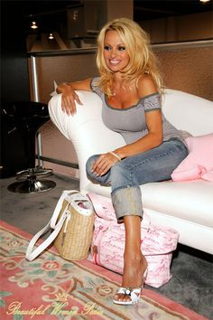 Take a look at the great Pamela Anderson pictures. Pamela is one of the most famous blondes in the world. Beauty And Fashion, Look Fashion, Beautiful Celebrities, Beautiful People, Pamela Andersen, 1990 Style, Looks Style, My Style, Looks Jeans