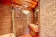 Another shot of the bathroom.
