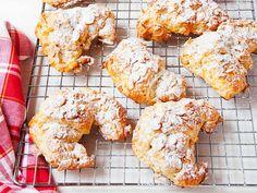 Croissants franceses rellenos de almendra