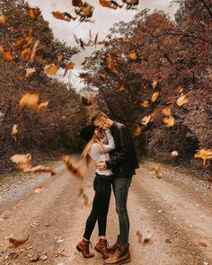 When it finally feels like FALL! 🍂 How adorable is this autumn couple photoshoot? Amazing photo by Photo Poses For Couples, Couple Photoshoot Poses, Cute Couples Photos, Couple Photography Poses, Autumn Photography, Couple Shoot, Friend Photography, Maternity Photography, Family Photography