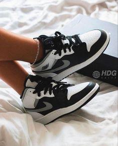 Dr Shoes, Swag Shoes, Cute Nike Shoes, Cute Sneakers, Nike Air Shoes, Hype Shoes, Shoes Sneakers, Footwear Shoes, Jordans Sneakers
