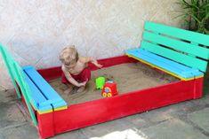 Avô cria caixa de areia com tampas que viram bancos para neto brincar