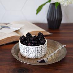 Bol à motifs géométriques Motifs, Photoshoot, Fruit, Food, Photography, Photo Shoot, The Fruit, Meals, Yemek