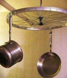 1 roue de vélo = 1 crémaillère de cuisine / pot rack.