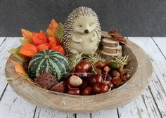Bekijk de foto van Homemade By Joke met als titel Gezellig in huis zon schaal met allerlei herfst dingen. Sfeer of tafel. Halloween Floral Arrangements, Hobby House, Vintage Bowls, Winter House, Deco Table, Fall Diy, Fall Home Decor, Autumn Theme, Fall Crafts