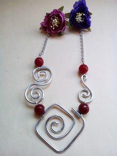 collana girocollo in alluminio con pietre rosse in vetro    Questa collana è creata con la tecnica Wire Wrapped, ha come elemento principalmente il filo di alluminio  metallico, - 18928656