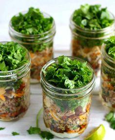 Serve up some hearty burrito bowl Mason jar salads. Serve up some hearty burrito bowl Mason jar salads. Mason Jar Lunch, Mason Jar Meals, Meals In A Jar, Mason Jars, Pots Mason, Healthy Snacks, Healthy Eating, Healthy Recipes, Healthy Dishes