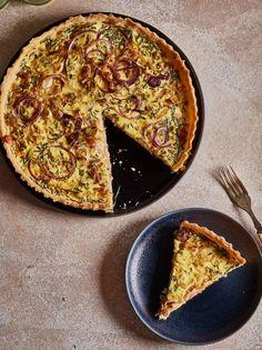 Lökpaj, a svéd hagymás pite | Street Kitchen Vegetable Pizza, Quiche, Hamburger, Bacon, Sandwiches, Food And Drink, Cooking Recipes, Snacks, Vegetables