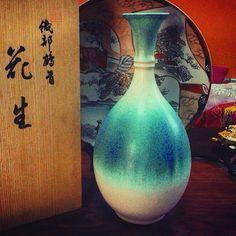 """Старинная Ханаирэ цветочная ваза 1970х годов от знаменитой компании """"Татикити"""". Поставляется в оригинальном подписанном томобако. Высота ~ 24 см #домживогочая #джч #новосибирск #vase #hanaire"""