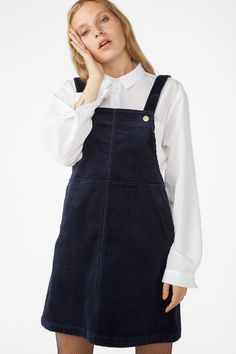 Well hello there! Get comfy in our relaxed fit corduroy dungaree dress with adjustable shoulder straps and slanted front pockets for whatever you wanna bring (e. your phone, priorities priorities!) In a size S the waist width is 86 cm.