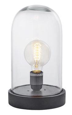 Tafellamp Dome zwart. Subtiel in haar charme, en zeker een musthave! Deze minimalistische zwarte lamp is direct een ook stolp. De mooie houten onderkant zorgt ervoor dat het een stoere tafellamp is. Leuk op een bijzettafel, wandtafel of voor op het nachtkastje. In het glazen omhulsel zit een retro gloeilamp. Deze mooie tafellamp is zwart, en is afkomstig van het Deense merk Nordal.