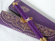This stylish medium scroll in the box is perfect style invitation for your Mardi gras or Masquerade ball themed wedding, birthday, graduation, bar mitzvah & Quinceañera ceremonies. Premium quality silk screen printing is giving an fabulous finishing on these metallic finish paper pouches and the envelopes.