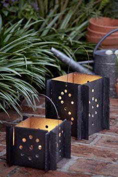 Besoin de luminaires pour éclairer votre extérieur ? Misez sur l'ardoise pour fabriquer des lanternes et des photophores originaux ! Diy Jardin, Planter Pots, Creations, Gardens, Slate, Lantern, Garden Landscaping, Lantern Candle Holders, Originals