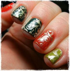 20 Sparkly and Glitter Nail Art Ideas in Christmas Spirit #filigree #christmas