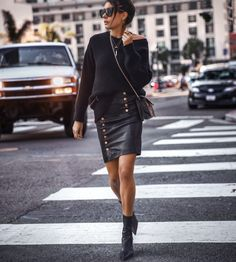 all black everything / oversized sweater + crossbody bag + leather skirt + boots Comfortable Winter Outfits, Best Casual Outfits, Chic Outfits, Skirts With Boots, Skirt Boots, Winter Skirt Outfit, Street Style, Skirt Fashion, Mom Fashion